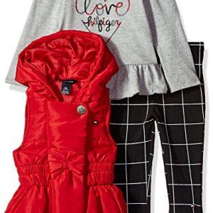 Eredeti új címkésTommy Hilfiger márkás babaruha három részes kabátos szett. Az együttes egy piros pufi kabátból, egy szürke pólóverből és egy fekete leggingsből áll.